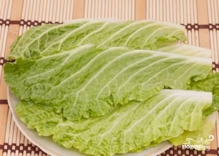 Помойте и высушите листья пекинской капусты. Твердые части листа удалите. Вместо капусты отлично подойдут и листья салата