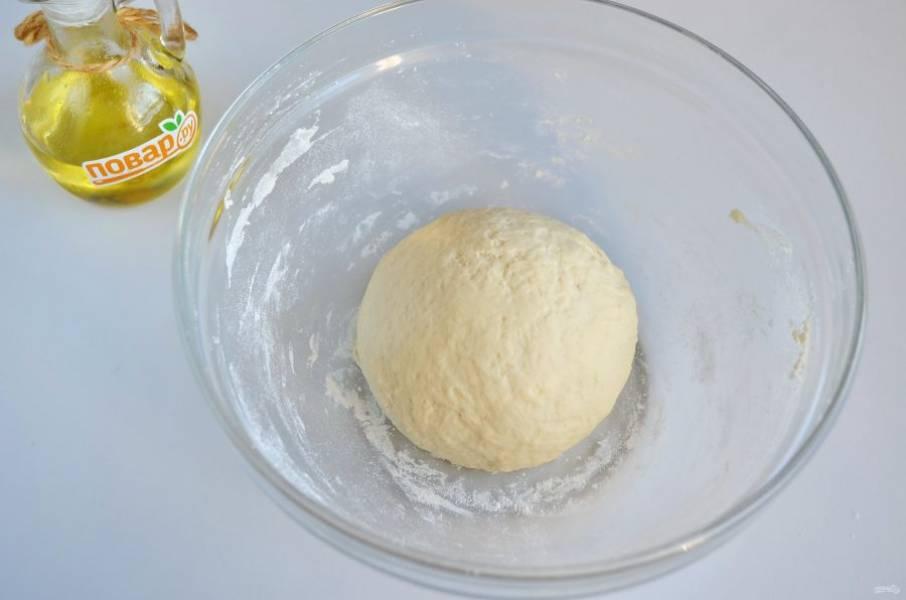 4. Замесите мягкое пластичное тесто, вымешивайте его на столе не менее 8-10 минут. Потом положите в миску и накройте полотенцем или затяните пленкой пищевой. Оставьте в тепле на часик для подъема.