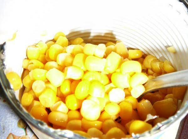 Подготовьте кукурузу и сухарики.