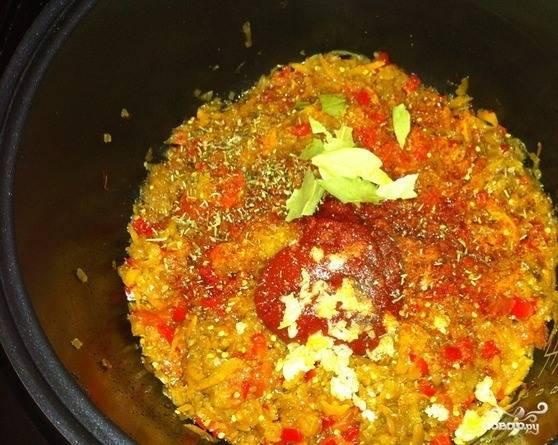 За двадцать минут до окончания приготовления добавьте в икру пропущенный через пресс чесночок и томатную пасту. Хорошенько все перемешайте и оставьте доготавливаться.