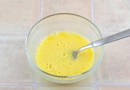4. Тесто снимите с огня и немного остудите. Тем временем взбейте в отдельной мисочке яйца. Можно добавить щепотку ванилина для аромата.