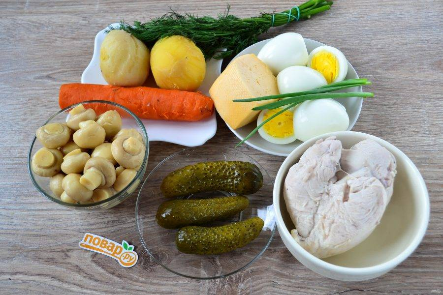 Подготовьте все необходимые ингредиенты. Картофель и морковь отварите до готовности, яйца отварите вкрутую. Отдельно в подсоленной воде отварите куриную грудку до готовности в слегка подсоленной воде.