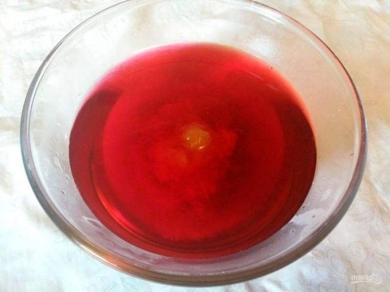 Удлите из заваренного чая лепестки розы (или чайный пакетик) и добавьте густое варенье, смешайте компоненты.