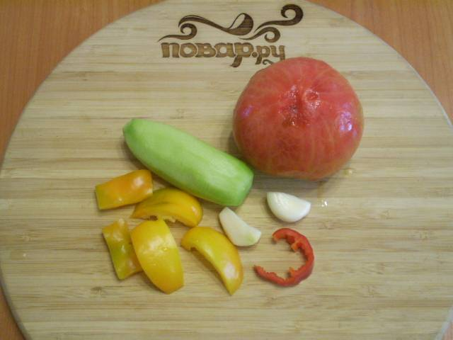 С огурца и помидора снимите кожуру, у перца удалите семена. Отрежьте кусочек перца чили.