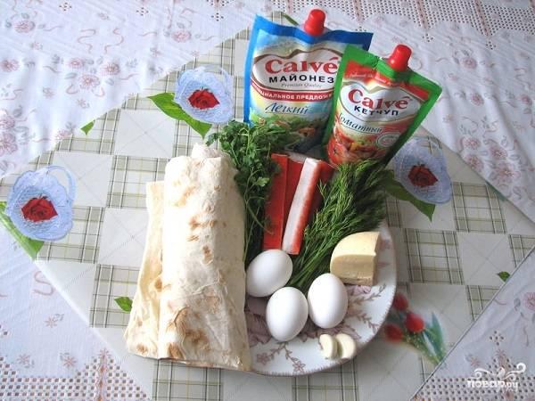 1. Вот такой достаточно простой набор ингредиентов вам потребуется, чтобы приготовить рулеты из лаваша с крабовыми палочками в домашних условиях.