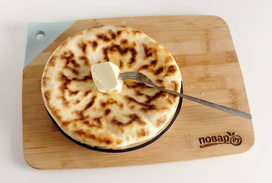 Готовые хачапури на сметане смажьте сливочным маслом.