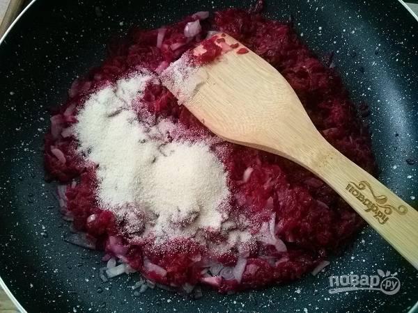 Высыпьте в сковороду манную крупу. Готовьте на медленном огне около 10 минут, периодически помешивая.