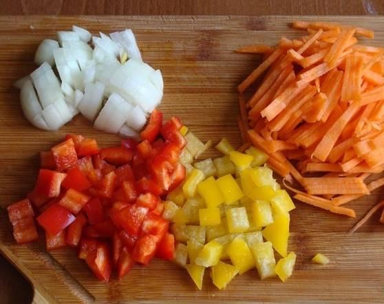 Все овощи промойте и порежьте.