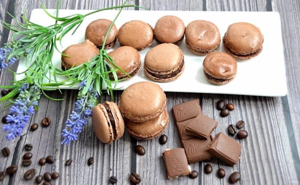 Дайте макарон хорошо пропитаться кремом. Я убирала их на несколько часов в холодильник. Спустя время можно наслаждаться вкуснейшим и нежнейшим французским десертом. Макарон — это один из символов Франции, а шоколадный макарон — это двойное удовольствие.
