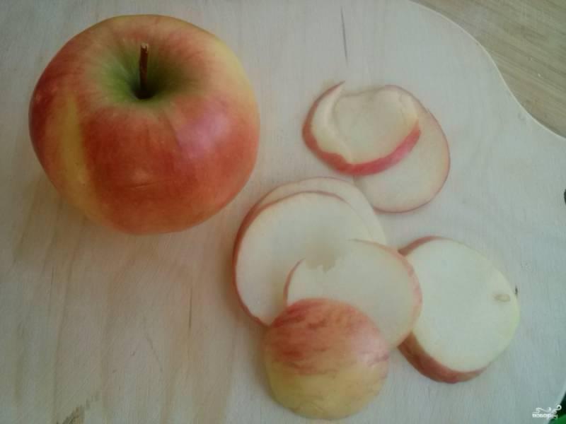 Яблоки нарежьте тонкими ломтиками, посыпьте корицей, перемешайте.
