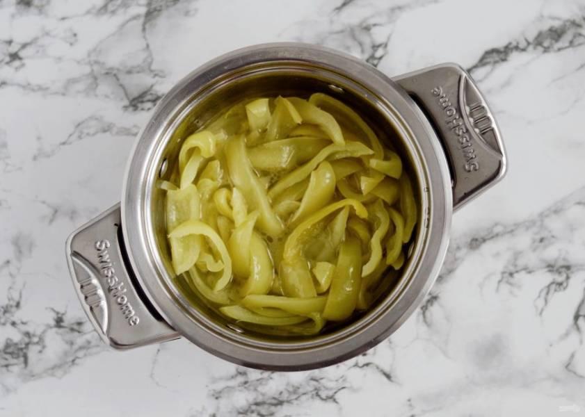 Варите перцы в этом маринаде 10 минут под крышкой на среднем огне.