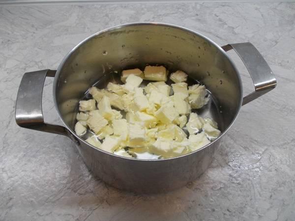 2. Воду соединить в небольшой кастрюле со сливочным маслом и довести массу до кипения.