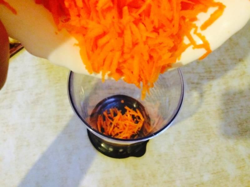 Морковь очищаем и натираем на средней терке. Выкладываем в мерный стакан.