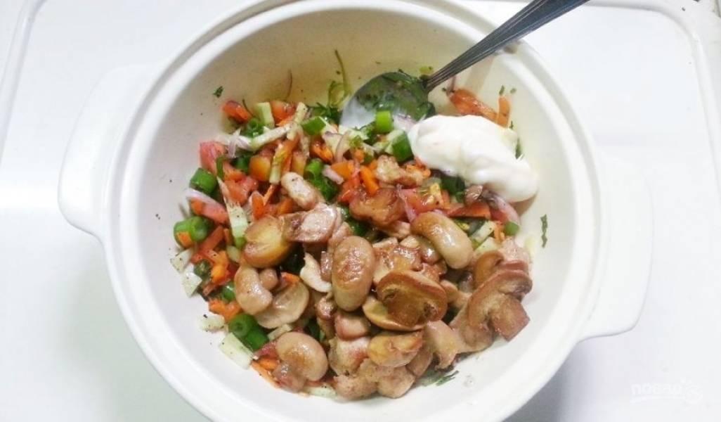 7.Остужаю содержимое сковороды, затем перекладываю в миску к остальным овощам и заправляю майонезом.