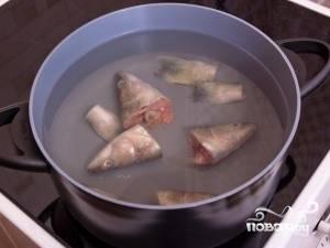 Рыбу размораживаем при комнатной температуре (это могут быть только головы), кладем в кастрюлю и заливаем 3,5-4 литрами воды, варим примерно 20 минут.