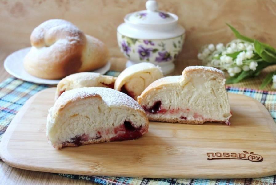 Готовые испанские булочки охладите и посыпьте сахарной пудрой. Можно подавать их к столу.