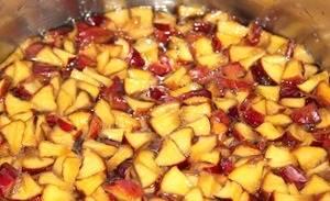 На следующий день нагрейте персики в сиропе до кипения, выключите плиту и оставьте варенье еще на сутки. Крышкой не закрывайте, можно просто прикрыть марлей, также не забывайте периодически размешивать.