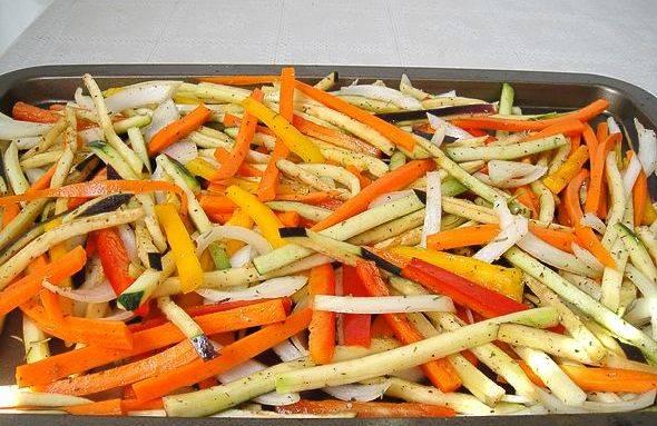 Теперь выкладываем овощи в форму, сбрызгиваем их оливковым маслом, солим и посыпаем специями, перемешиваем. Ставим форму в разогретую до 200 градусов духовку и запекаем овощи примерно 20 минут.