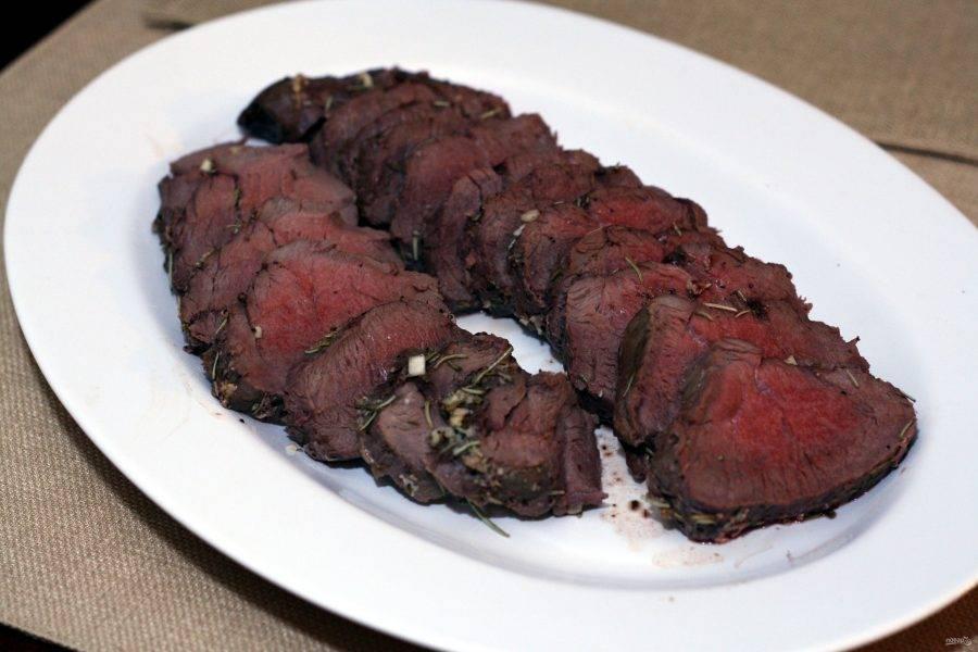 3.Достаньте из духовки и накройте мясо фольгой, оставьте его еще на 10-15 минут. Удалите ломтики бекона и нарежьте вырезку кусочками. Приятного аппетита!