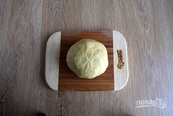 Смешайте растопленное масло, яйцо, молоко и соль. Добавьте в муку и замесите мягкое тесто, не липнущее к рукам.