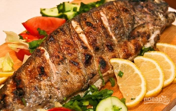 5.Готовую рыбу подаю со свежими овощами и лимоном, приятного аппетита!
