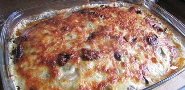 3. Достаем, проверяем на готовность, посыпаем тертым сыром, - и еще раз в духовку. пока сыр не растает и не получится аппетитная корочка. Готово!