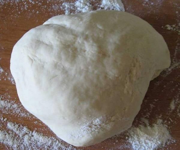 4. Когда тесто стало однородным, переложите его на рабочую поверхность, присыпав ее мукой, и немного вымешайте руками. Оно получается очень послушным.