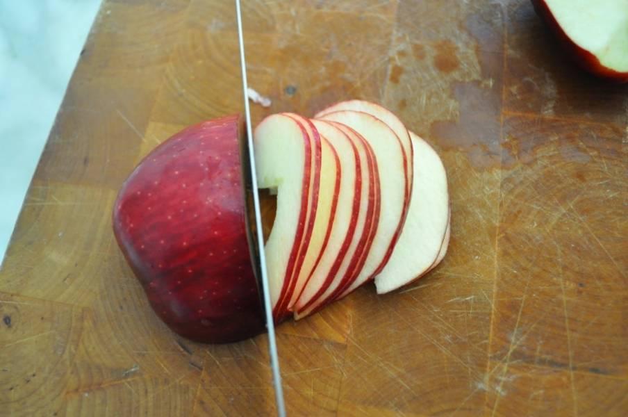 Вымойте яблоки. Вырежьте из них сердцевину. Разрежьте пополам и нарежьте дольками. Дольки должны быть тонкими, но не должны крошиться.