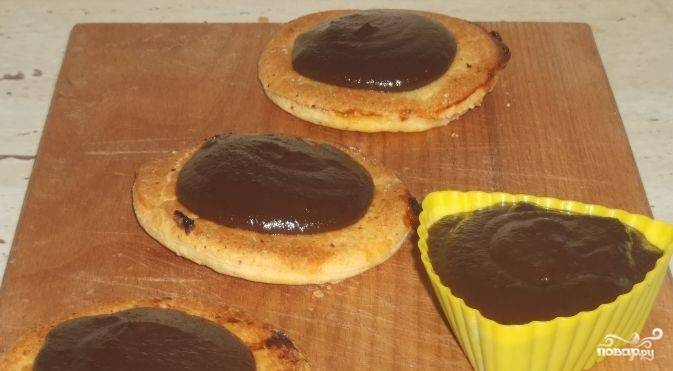4.Варите заварной крем с шоколадом еще в течение 5-7 минут, при этом не забывайте перемешивать до тех пор, пока крем не станет густым. Охладите шоколадный крем. Десерт применяйте для пропитки торта. Приятного аппетита.