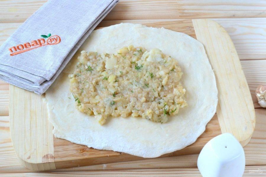 Тесто разделите на 3-4 части. Каждую часть раскатайте толщиной 3-5 мм. В центр положите картофельную начинку.