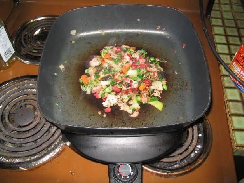 Перемешать и подвинуть начинку в центр сковороды.