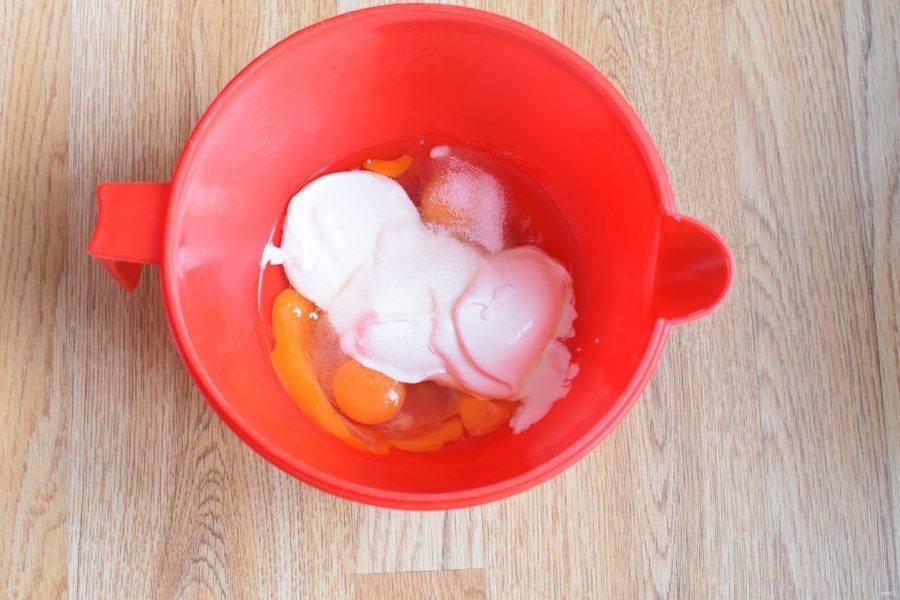 Для теста венчиком или миксером смешайте сметану с яйцами, сахаром и солью до однородности.