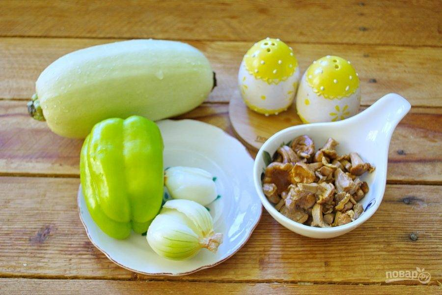Для приготовления блюда возьмите кабачки свежие, лук репчатый, перец болгарский, сыр твердый, майонез, специи, лисички  маринованные.