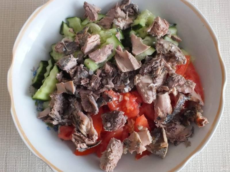 Разберите тунец на крупные кусочки и добавьте в салатник.