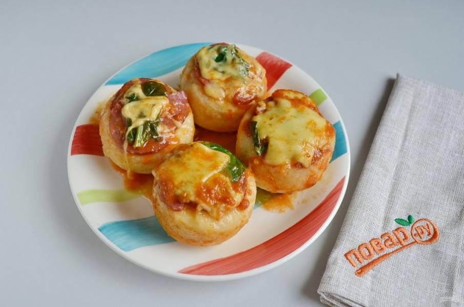 Возьмите плоскую тарелочку и переверните пиццы. Угощайтесь!