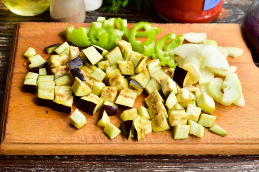 Нарежьте все подготовленные овощи.