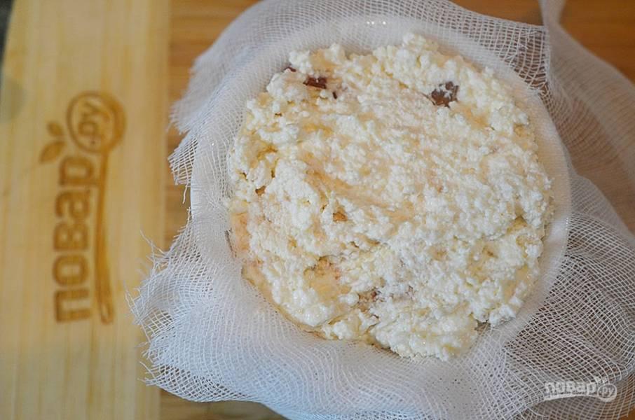 4. Форму выложите тканью или марлей в несколько слоев. Наполните творожной массой. Накройте краями ткани и поставьте груз. Через 2 часа уберите в холодильник.