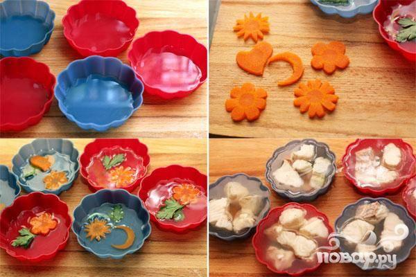 5.В формы разливаем немного бульона, даем застыть, и украшаем фигурно нарезанной вареной морковью. Вновь заливаем бульоном. Выкладываем кусочки филе. Даем застыть.