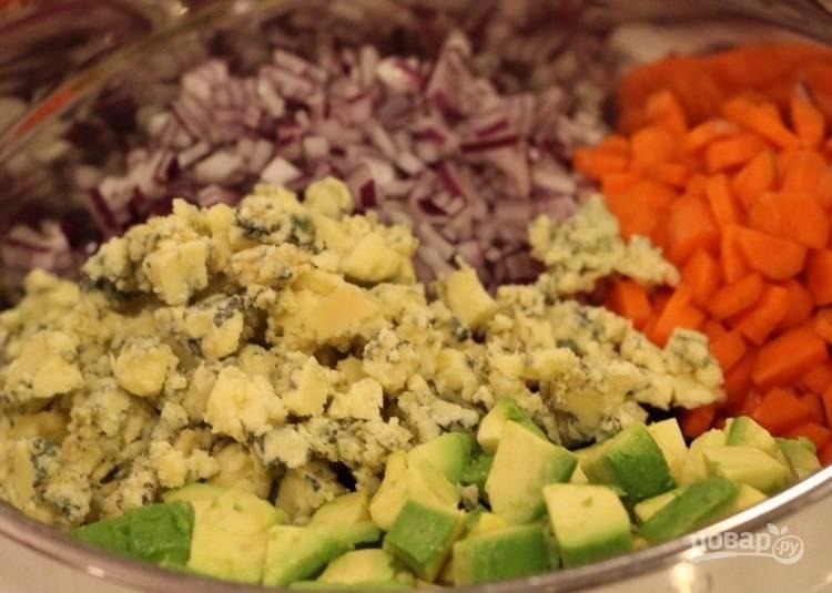 5.Смешайте авокадо, брокколи, морковь, лук, томаты, 2 зубчика чеснока, грецкие орехи, клюкву, раскрошите сыр.