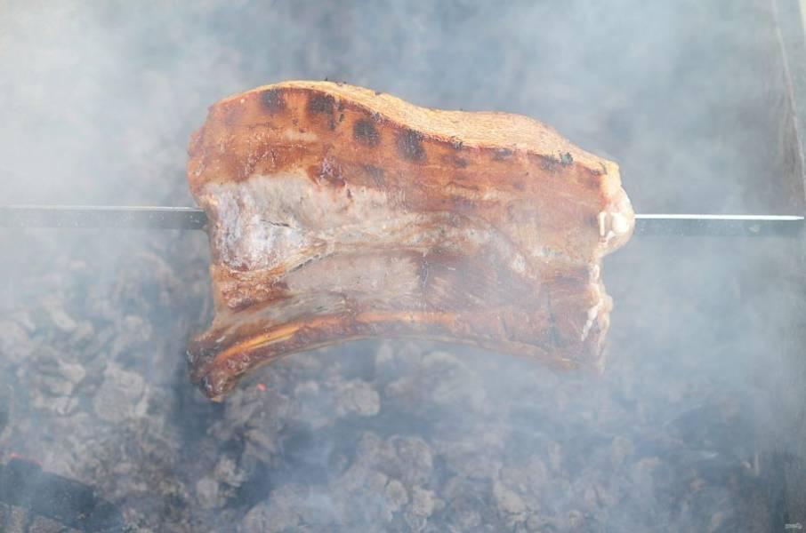 Обжаривайте мясо на мангале до готовности.