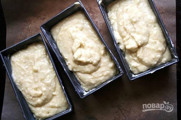 4. Разложите творожное тесто по формам и отправьте в духовку.