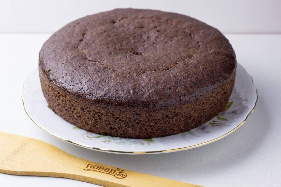Наш бисквит готов! Получается вот такой шоколадный красавчик! Дайте ему полностью остыть. Затем будем работать дальше или же уберите в холодильник, как написано в совете к рецепту.
