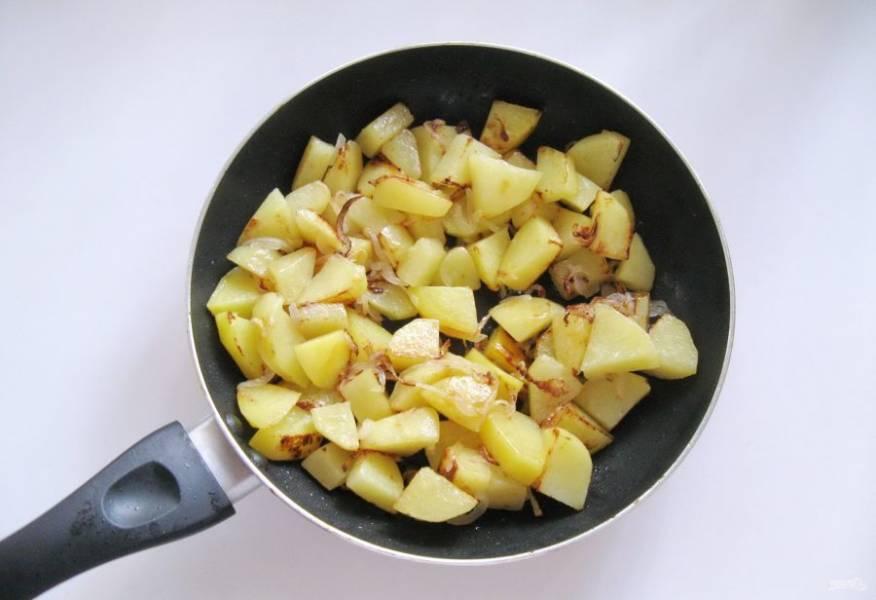 Жарьте картофель с луком до готовности, не забывая перемешивать. Все это происходит очень быстро.