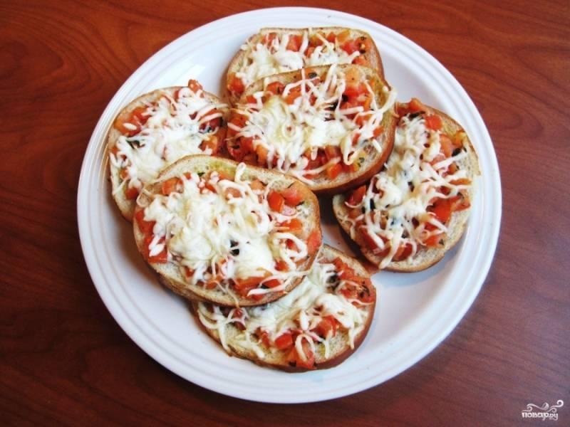 Выпекайте бутерброды с помидорами в духовке около 15 минут. По приготовлению сразу можно подавать на стол.