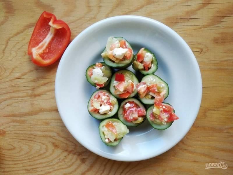 8. Наполните греческим салатом огурцы. Приятного аппетита!