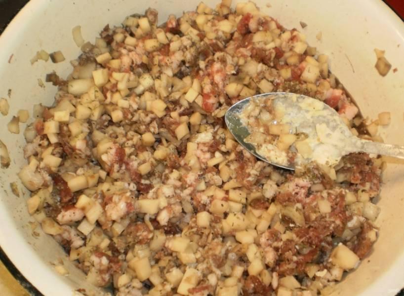 5.В миску к фаршу добавляю нарезанный картофель и луковицу, а также добавляю измельченный лавровый лист.