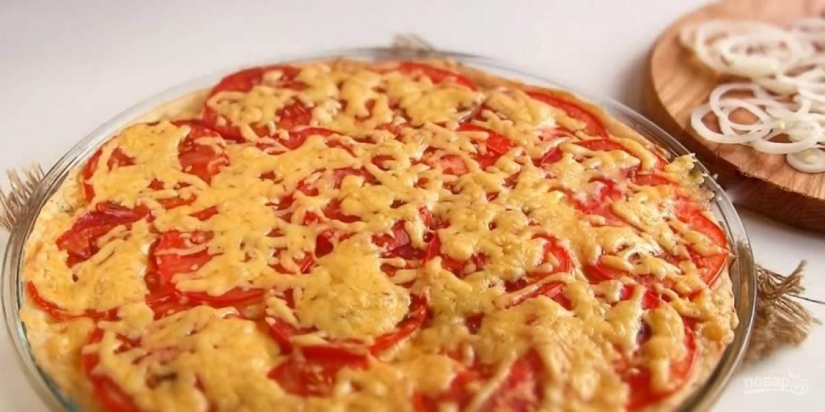 5. За 5 минут до конца приготовления посыпьте пиццу луком и отправьте в духовку до готовности. Приятного аппетита!