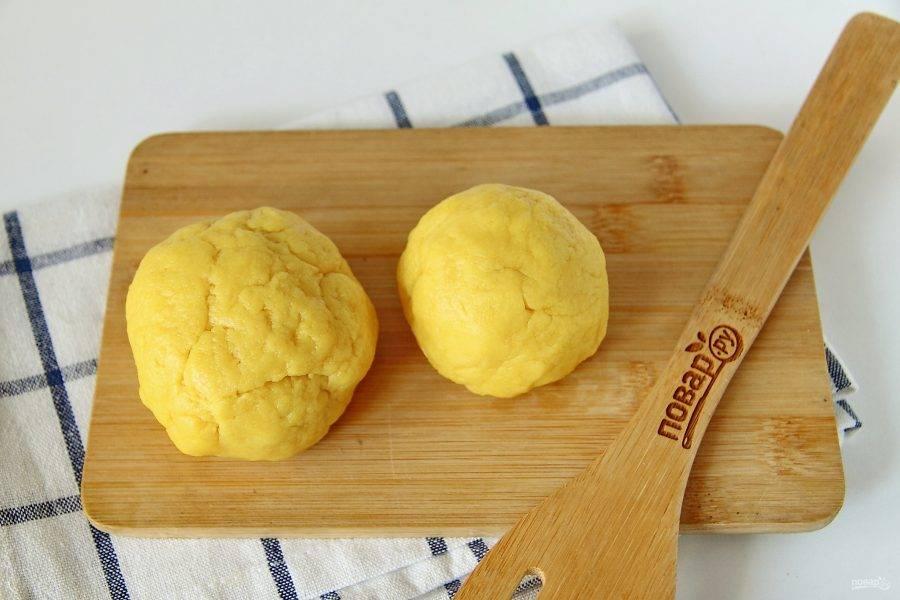 Замесите тесто, соберите его в шар и разделите на две неравные части. Ту часть, что поменьше, уберите в морозильник. Ту, что больше, в холодильник.