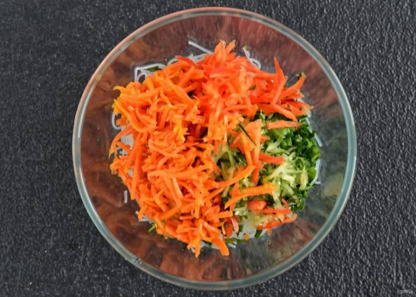 Фунчозу и морковь по-корейски нарежьте на кусочки удобного размера. Переложите их в большую миску, добавьте петрушку, болгарский перец, огурец и заправку. Хорошо перемешайте. Сверху посыпьте кунжутом.