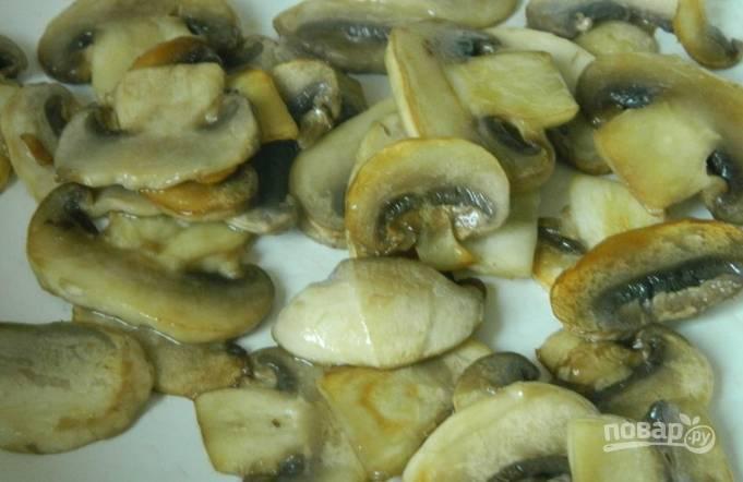Обжариваем на горячей сковороде с маслом шампиньоны до золотистости. Сразу же перекладываем грибы в суп.